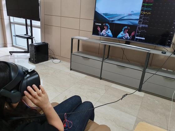 길병원에서 VR 기기를 통해 트라우마 치료 프로그램을 테스트하는 모습. /길병원 제공