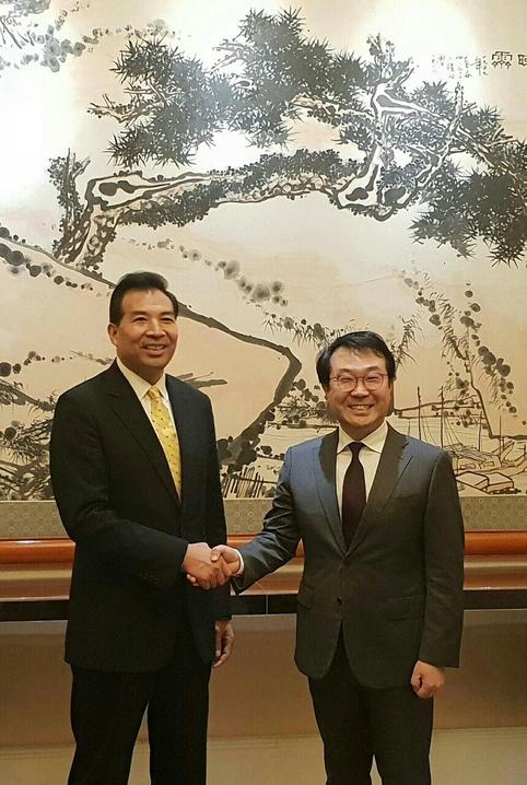 이도훈(오른쪽) 외교부 한반도평화교섭본부장과 뤄자오후이 중국 외교부 부부장이 12일 중국 베이징 조어대에서 만나 면담을 하기 전 악수를 하고 있다./외교부 제공
