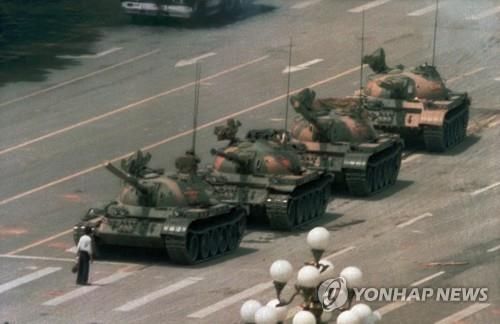 1989년 중국의 6·4 톈안먼(天安門) 민주화 시위 때 맨몸으로 진압군의 탱크에 맞선 '탱크맨'(Tank Man)의 모습을 카메라 앵글에 담은 사진기자 중 한 명인 찰리 콜이 별세했다. 향년 64세. /연합뉴스