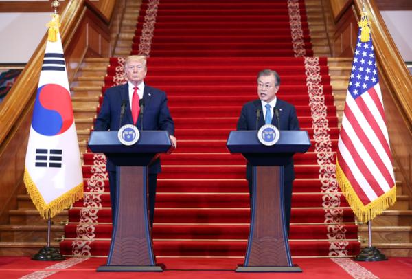 문재인 대통령과 도널드 트럼프 미국 대통령이 지난 6월 30일 청와대에서 한미정상회담을 한 후 공동기자회견을 하고 있다./연합뉴스