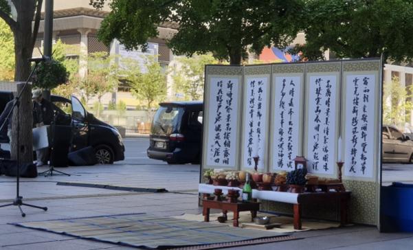 탈북민들이 13일 지하철 5호선 광화문역 인근 탈북모자 분향소에 마련한 추석 차례상. /최상현 기자