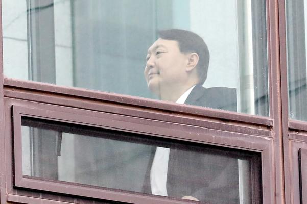 윤석열 검찰총장이 9일 서울 서초구 대검찰청에서 점심 식사를 위해 식당이 위치한 별관으로 이동하고 있다./연합뉴스