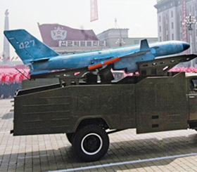2012년 4월 북한 김일성 100회 생일 기념 열병식에서 공개된 자폭형(自爆型) 무인 공격기의 모습. 이 공격기는 세로 길이 1.5m, 날개 길이는 5.5m다. 유사시 폭발물 탄두를 달아 우리 측 주요 시설에 부딪쳐 공격을 할 수 있는 능력을 갖춘 것으로 추정된다.
