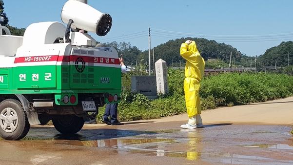 18일 오후 경기 연천군의 한 돼지농가에서 아프리카돼지열병이 발생해 방역당국이 주변을 통제하고, 소독액을 뿌리고 있다. /권오은 기자