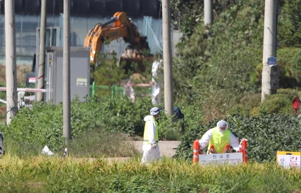 18일 경기 연천군의 한 양돈농가에서 아프리카돼지열병이 발생해 방역당국 관계자들이 살처분 준비 작업을 하고 있다. /연합뉴스