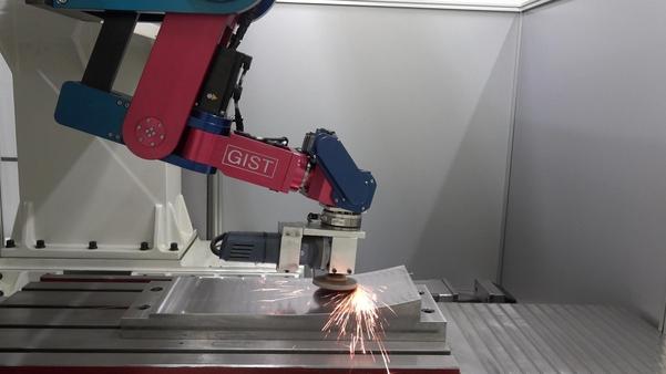 광주과학기술원 이선규 교수연구팀이 개발한 로봇팔. 이 로봇팔이 기존의 수작업을 대신하여 차체 표면을 효과적으로 매끄럽게 할 수 있게 되었다. / GIST 제공