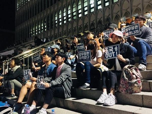 19일 오후 연세대 서울 신촌캠퍼스 학생회관 계단 앞에서 연세대 동문들이 모여 조국 법무부 장관 퇴진 요구 집회를 하고 있다. /박주연 인턴기자