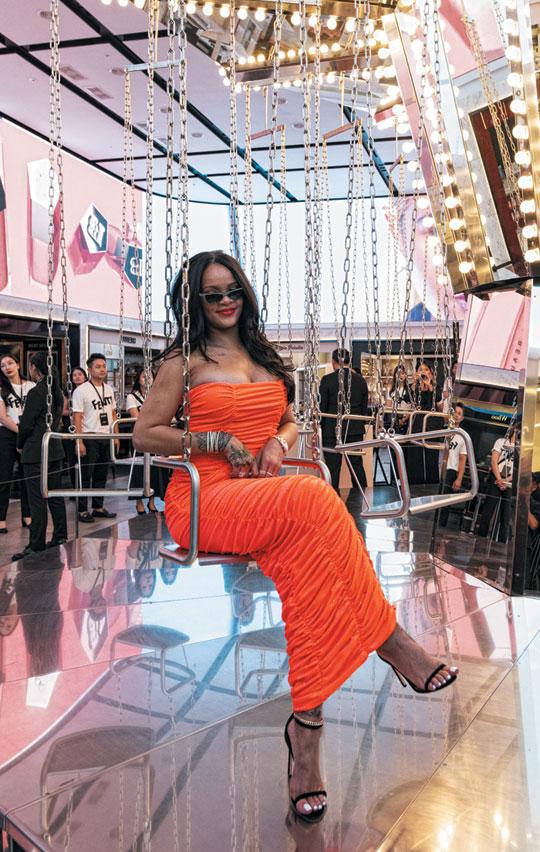 리한나가 자신이 주최한 신세계 면세점 나이트 파티에서 현대미술가 카스텐 휠러가 만든 '미러 캐러셀'(회전 그네)에 앉았다.