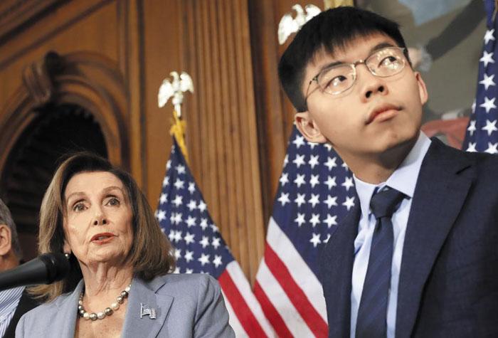 낸시 펠로시 미국 하원의장이 18일(현지 시각) 워싱턴DC 의사당에서 홍콩 시위의 상징적인 인물인 조슈아 웡(오른쪽)과 함께 기자회견을 하고 있다.