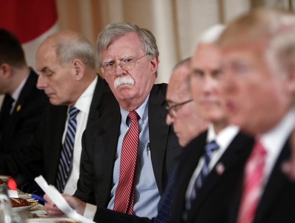지난해 4월 존 볼턴 백악관 NSC 보좌관이 발언하고 있는 트럼프 대통령을 바라보고 있다./AP·연합뉴스