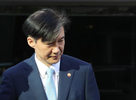 조국 법무부 장관이 23일 오전 서울 서초구 방배동 자택에서 나오고 있다./연합뉴스