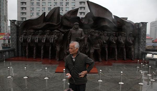 단둥의 '항미원조기념관'에 있는 조형물./AP, RFA