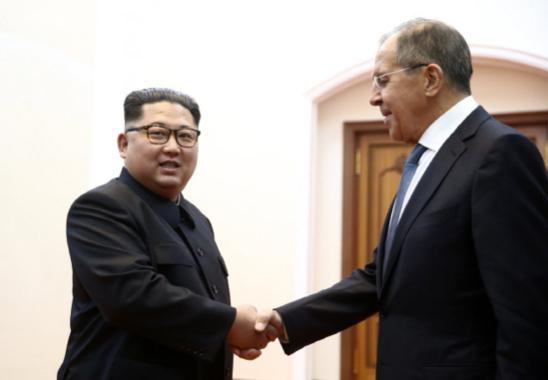 김정은(왼쪽) 북한 국무위원장이 지난해 5월 31일 북한을 방문한 세르게이 라브로프 러시아 외무장관과 만나 악수하고 있다. /러시아 외무부