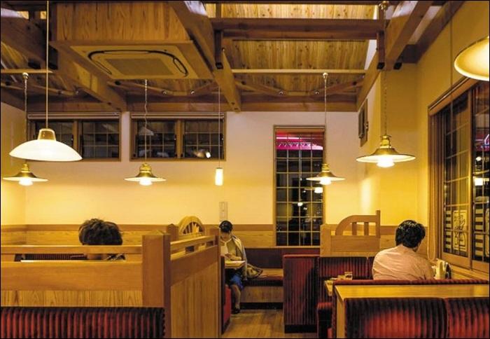 코메다 커피의 한 교외형 매장. 넓고 고풍스러운 공간에서 고객들이 커피를 마시고 있다. 코메다는 일본에서 '다방식' 커피전문점 부흥을 이끌고 있다.