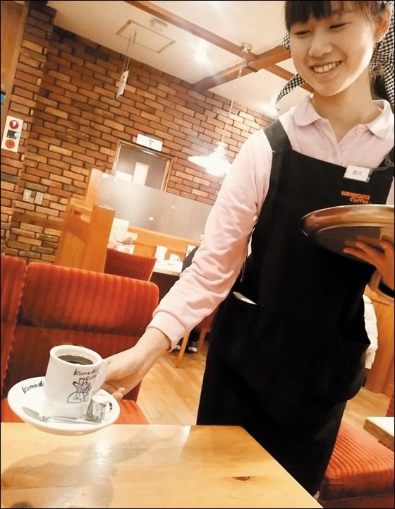 코메다커피는 옛날 다방의 서비스 스타일을 유지, 종업원이 손님 주문을 직접 받고 커피를 테이블까지 가져다주는 접객 서비스가 특징이다.