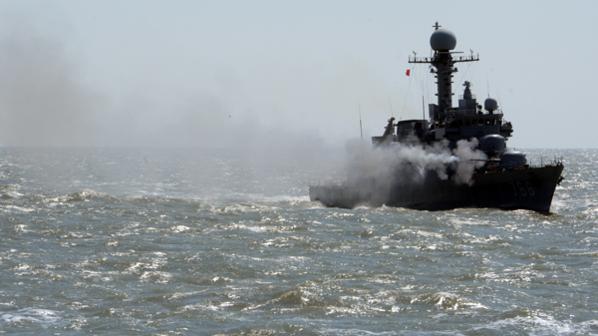 해군 2함대 해상기동훈련에서 북한이 NLL을 침범했을 경우를 대비해 해군 초계함이 함포 사격을 하고 있다./연합뉴스