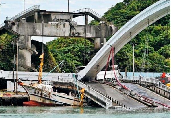 대만 북동부 난팡가오(南方澳) 항구에서 1일 오전 140m 길이의 다리가 붕괴했다. 추락한 다리 구조물에 어선 한 척이 깔려 있다./AFP 연합뉴스