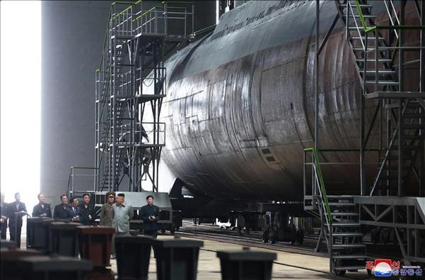 김정은 북한 국무위원장이 새로 건조한 잠수함을 시찰했다고 조선중앙통신이 지난 7월 23일 보도하면서 공개한 사진 / 연합뉴스