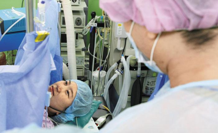 지난달 11일 분당차병원에서 제왕절개 수술을 받은 강영화씨에게 남편 김인성(오른쪽)씨가 '고생했다'는 말을 하고 있다.