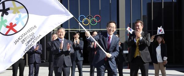 송하진 전북도지사가 2일 스위스 로잔 올림픽박물관에서 2022 아태마스터스대회 개최지로 확정되고 옌스홀름 IMGA 사무총장에게 축하를 받고 있다.