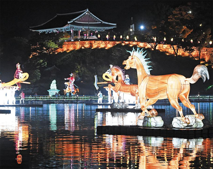 지난 1일 경남 진주 시내를 가로지르는 남강에서 형형색색 유등이 가을밤을 환하게 밝히고 있다. 태풍 우려에 휴장했던 일부 구간도 4일부터 정상 개장한다.