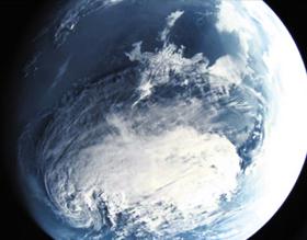 북극성-3형이 대기권 밖에서 찍은 사진 - 북한이 3일 신형 잠수함발사탄도미사일(SLBM) '북극성-3형'의 발사 소식을 전하며 공개한 사진. 대기권 밖에서 북극성-3형에 탑재된 카메라로 촬영해 지상으로 전송한 것으로 보인다. 렌즈에 잡힌 둥근 부분은 동해 주변 상공으로 추정된다. 북한 매체들은 지상에서 시험 발사를 지켜보던 노동당·국방과학원 관계자들이 북극성-3형이 전송한 사진을 모니터를 통해 지켜보는 장면도 공개했다.