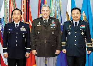 미국 합동참모본부는 지난 1일(현지 시각) 마크 밀리(가운데) 합참의장이 미 국방부 청사에서 박한기(오른쪽) 한국 합참의장, 야마자키 고지(山崎幸二·왼쪽) 일본 통합막료장과 만났다며 2일 사진을 공개했다. 우리 합참은 이 만남에 대해 공식 발표하지 않았다.