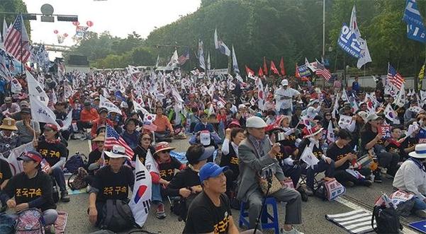5일 오후 우리공화당 당원들이 조국 법무부 장관에 대한 구속 수사를 요구하며 서울 서초동 국립중앙도서관 앞에서 집회를 열고 있다. /권오은 기자