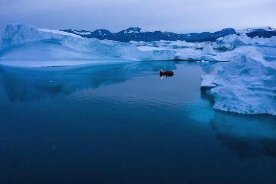 지난달 한 선박이 그린란드 동부의 빙산 사이를 항해하고 있다./연합뉴스