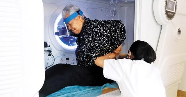 중국 하이난(海南)성 런디산 요양기지에서 생활하는 노인들이 리조트 안의 병원에서 건강 상태를 확인하고 있다.