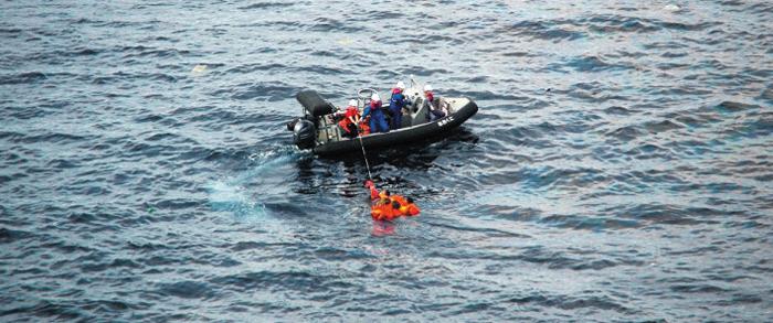 北선원들 구조하는 일본 구명보트를 탄 일본 수산청 어업지도선 오쿠니(大國)호 선원들이 7일 바다에 빠진 북한 선원들을 구조하고 있다. 일본 언론에 따르면 이날 오전 오쿠니호에 북한 어선이 충돌해 어선이 침몰했다.