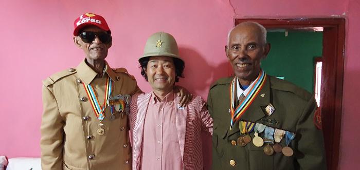 지난 8월 에티오피아 수도 아디스아바바의 '한국촌'을 찾은 정희순(가운데)씨가 군복을 차려입은 6·25 참전용사들과 기념 촬영을 하고 있다.