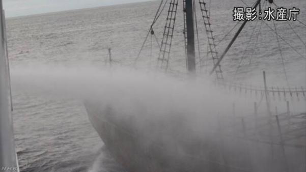 일본 수산청 어업지도선 오쿠니(大國)호가 7일 '야마토타이(대화퇴·大和堆)' 지역에서 불법 조업 중이던 북한 어선을 향해 물대포를 쏘며 퇴거를 경고하고 있다. /수산청