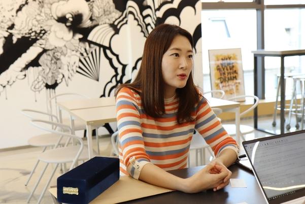인터뷰 중인 이은희 대표 / 큐텐츠컴퍼니