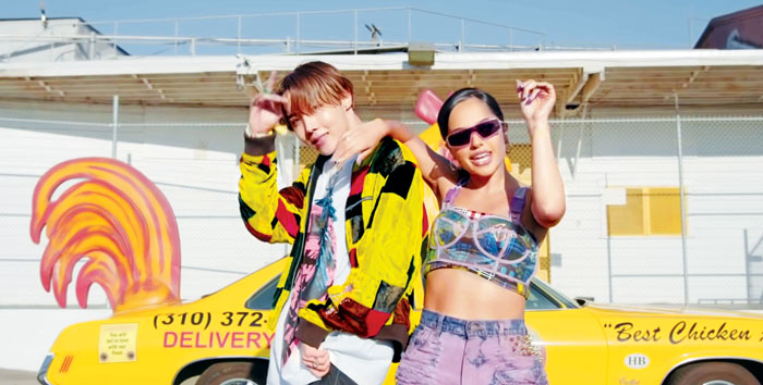 BTS 멤버 제이홉(왼쪽)이 지난달 27일 발표한 리메이크 곡 '치킨 누들 수프'가 열흘 만에 유튜브 조회수 6800만회를 넘었다.