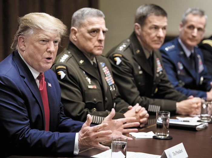 도널드 트럼프(맨 왼쪽) 미 대통령이 7일 백악관에서 열린 미군 고위 간부 회의에서 이야기하는 동안 마크 밀리(왼쪽에서 둘째) 합참의장 등 간부들이 듣고 있다.