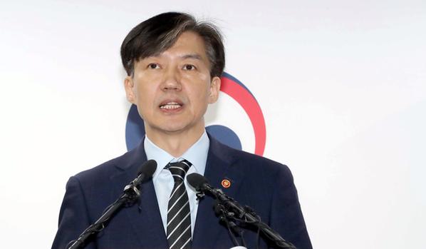 조국 법무장관이 8일 과천 정부청사에서 검찰 개혁안을 발표하고 있다. /연합뉴스