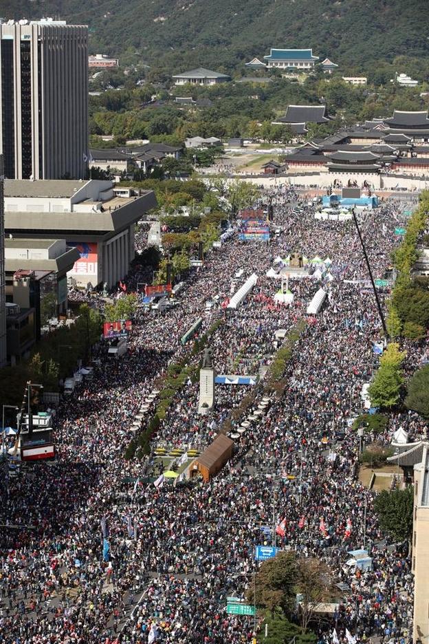 한글날인 9일 오후 서울 광화문광장과 세종대로 일대에서 보수단체가 개최한 조국 법무부 장관 퇴진 집회가 열리고 있다. 뒤로 청와대가 보인다. /연합뉴스