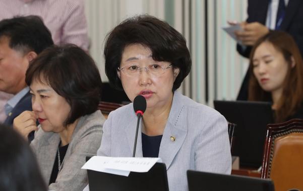 자유한국당 김승희 의원이 지난 4일 오전 열린 국회 보건복지위 국정감사에서 질의하고 있다./연합뉴스
