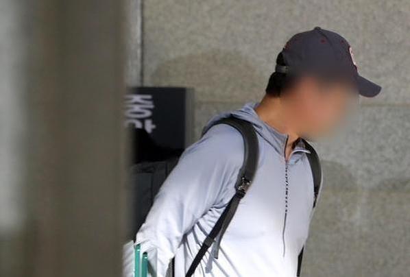 조국 법무장관의 동생 조모씨가 지난 1일 조사를 받기 위해 백팩을 메고 서울중앙지검으로 들어서고 있다. /연합뉴스