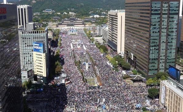 9일 오후 서울 광화문 광장에서 조국 법무부 장관 임명에 반대하는 시민들이 모여 구호를 외치고 있다. /이경신 기자