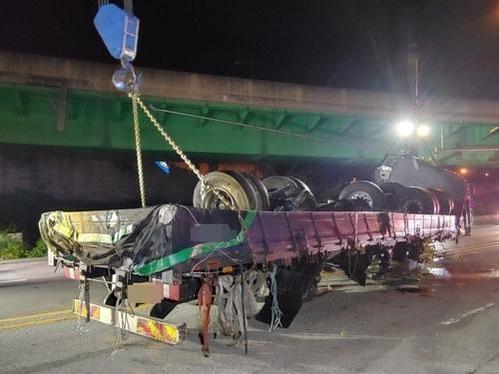 사고가 난 25톤 트럭. /연합뉴스
