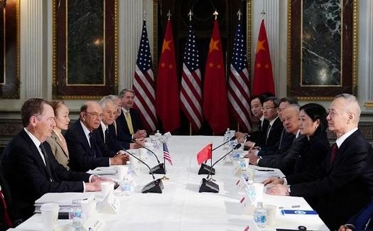 지난 2월 21일 미국 워싱턴 DC에서 열린 미·중 고위급 무역협상에서 로버트 라이트하이저(왼쪽 맨 앞줄) 미 무역대표부대표와 류허 중국 부총리(오른쪽 맨 앞줄)가 대화를 나누고 있다. /AFP 연합뉴스