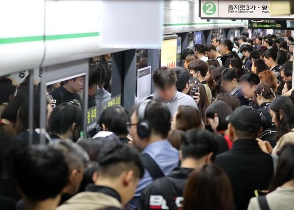 10일 오전 8시쯤 서울 지하철 2호선 외선 순환 열차 전체적으로 내외선 열차 운행이 모두 지연되면서 교대역에서 출근길 시민들이 불편을 겪고 있다. /연합뉴스