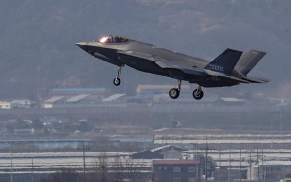 한국의 첫 스텔스 전투기 F-35A가 지난 3월 29일 오후 청주 공군기지에 착륙하고 있다./연합뉴스