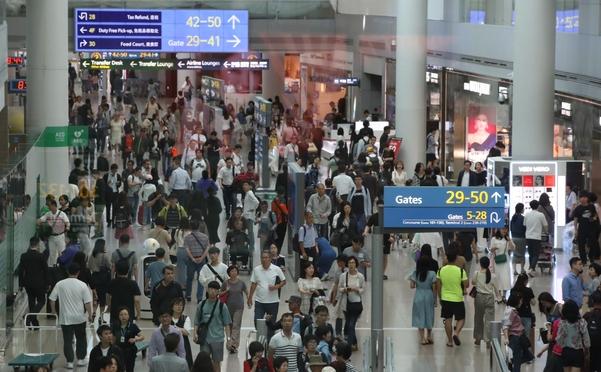 추석 연휴를 하루 앞둔 지난달 11일 인천공항이 해외여행객들로 붐비고 있다/연합뉴스