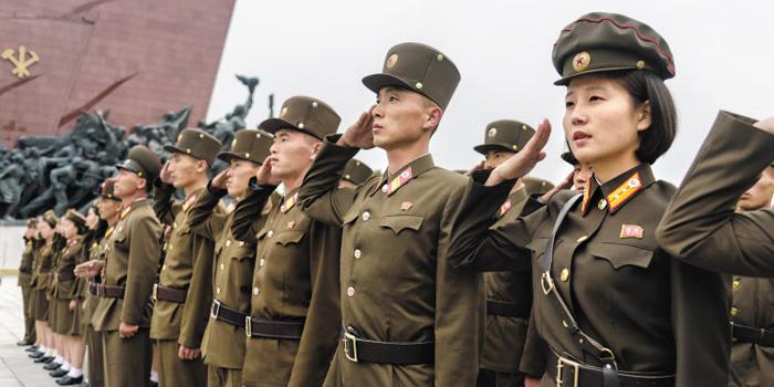 북한 인민군들이 노동당 창당 74주년인 10일 평양 만수대 언덕을 찾아 김일성·김정일 동상을 향해 경례하고 있다.