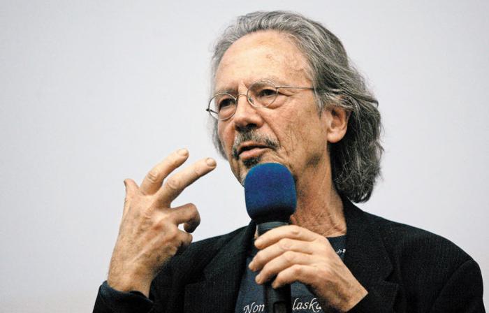 영화 '베를린 천사의 시' 시나리오를 쓰기도 한 올해 노벨문학상 수상자 페터 한트케. 2009년 포르투갈 에스토릴 영화제에 참석해 강연하는 모습이다.