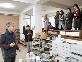 지난해 10월 '2018 자문밖문화축제'에서 화가 윤명로(왼쪽)씨가 작업실에 찾아온 시민들에게 작업 과정을 설명하고 있다.