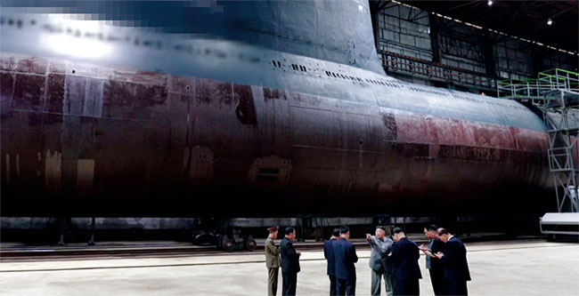 지난 7월 새로 건조한 잠수함을 살펴보는 북한 김정은 위원장. SLBM을 쏘는 잠수함 수직발사관(사진 왼쪽 위)은 모자이크 처리돼 있다. photo 조선중앙TV